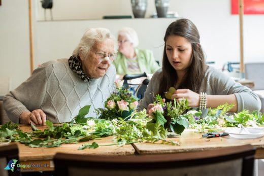 Michelle met oude vrouw Maatschappelijke stage de Breul
